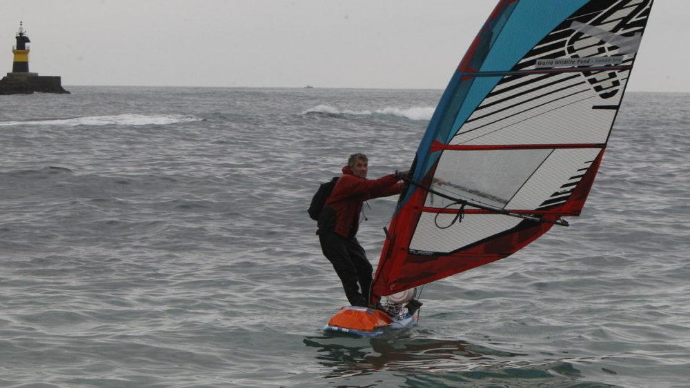 Británico da la vuelta a Europa en una tabla de windsurf