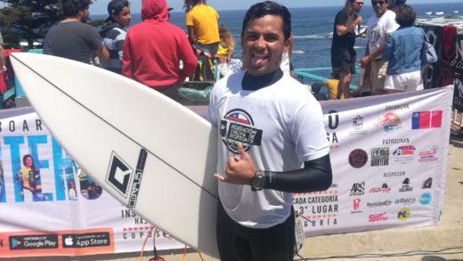 El surfer venezolano Oswald Moreno en el podium de Las Leyendas de Quintero